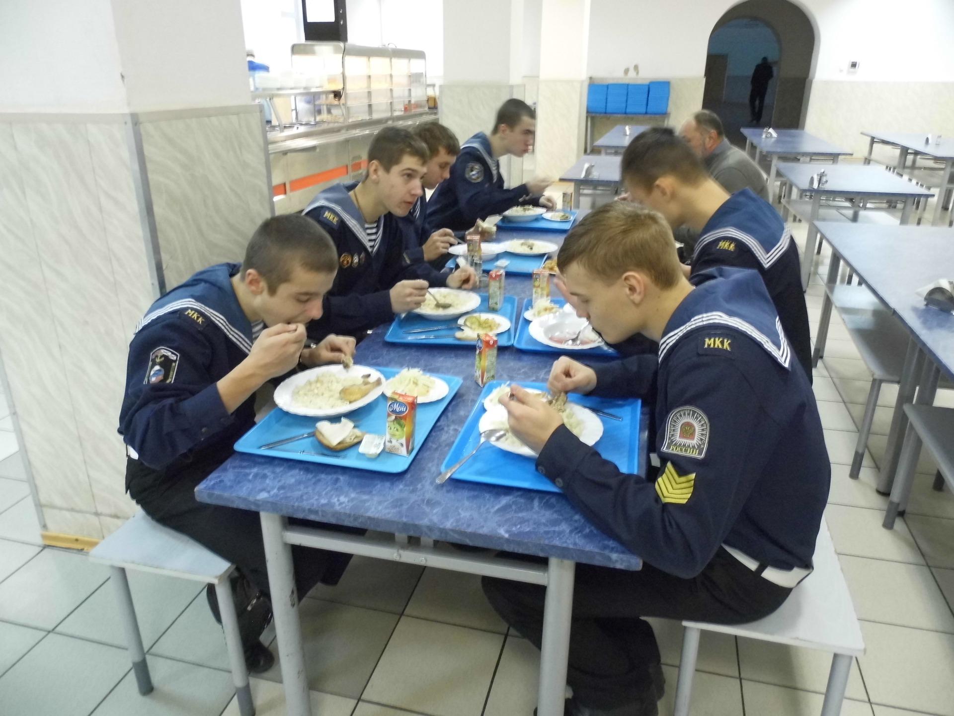 обед в курсантской столовой